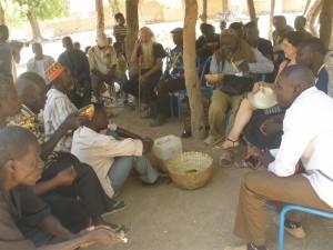 la causerie ''les jeunes à l'écoute des anciens'', chez le chef de village